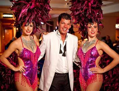 Rat Pack singer with showgirls